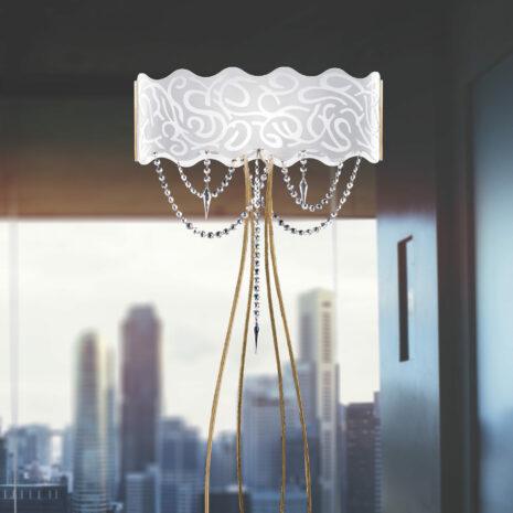 LAMPADA DA TERRA in vetro curvo bianco latte inciso e struttura in finitura foglia oro o foglia arento e pendenti in cristallo Swarovski: Marea 490/LT