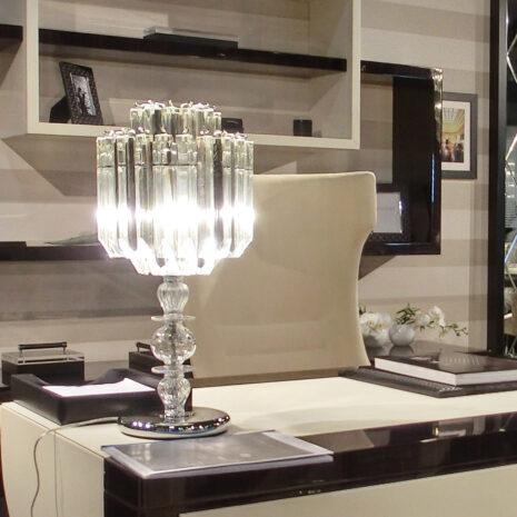 LAMPADA DA TAVOLO con triedri in cristallo o triedri e quadriedri in vetro di Murano, disponbili in molti colori, montatura in cromo lucido o oro 24 carati: Cristalli 5005/LG