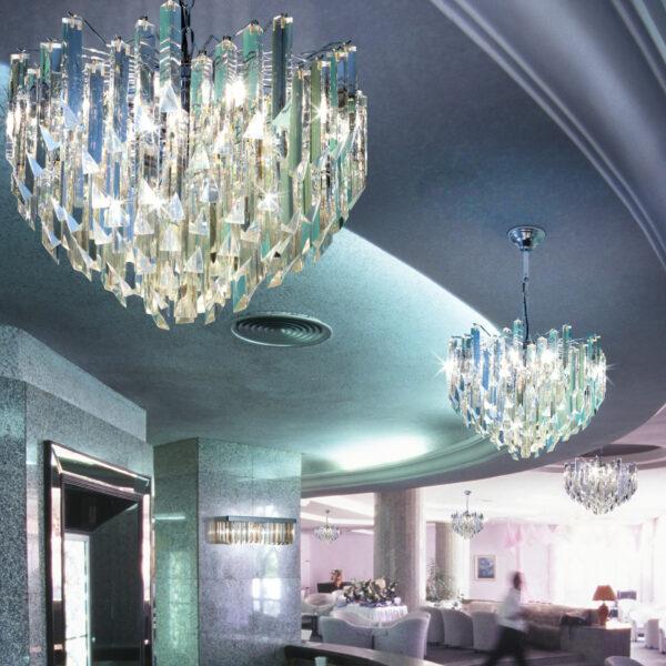 LAMPADARIO con triedri in cristallo o triedri e quadriedri in vetro di Murano, disponbili in molti colori, montatura in cromo lucido o oro 24 carati: Cristalli 5055/