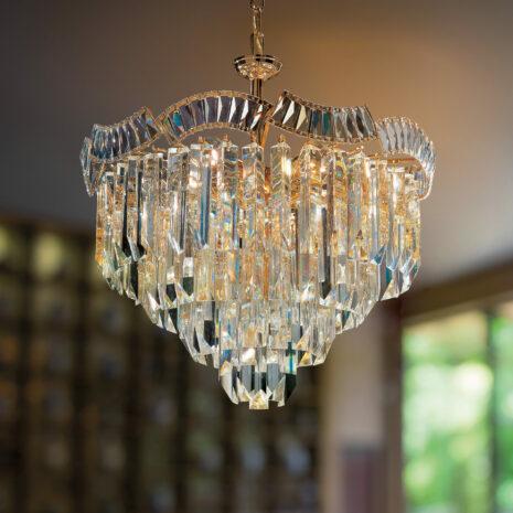 LAMPADARIO con triedri in cristallo o triedri e quadriedri in vetro di Murano, disponbili in molti colori, montatura in cromo lucido o oro 24 carati: Cristalli 6008/