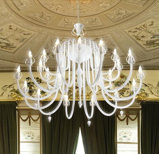 Lampadario dalle ampie braccia in vetro di Murano bianco latte con fiori in vetro pirex: Intrecci 2022-24