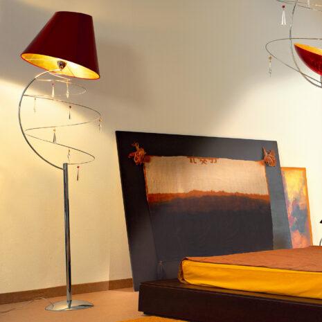 Lampada da terra dal design moderno con pendagli in Swarovski Elements e paralumi accoppiati in diverse finiture: Vertigo 460-LT