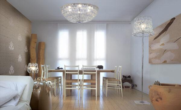 Lampada da terra composta da il concatenarsi di svariati ganci di vetro disponibile in 5 diversi colori: Legami 500-LT
