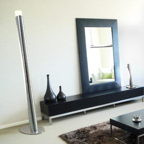 Lampada da terra dal design moderno in alluminio martellato e vetro finemente sabbiato: Febe 600-LT