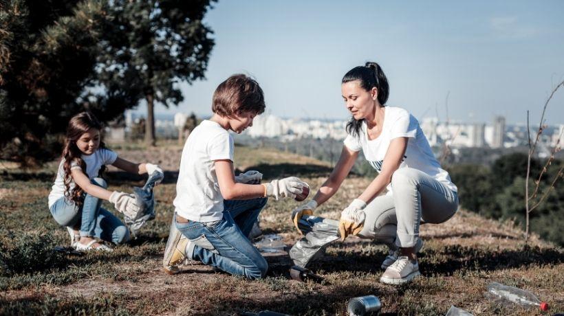 Famiglia che raccoglie immondizia per aiutare l'ambiente
