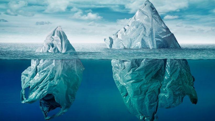 Iceberg con parte sommersa rappresentata da sacchetti di plastica