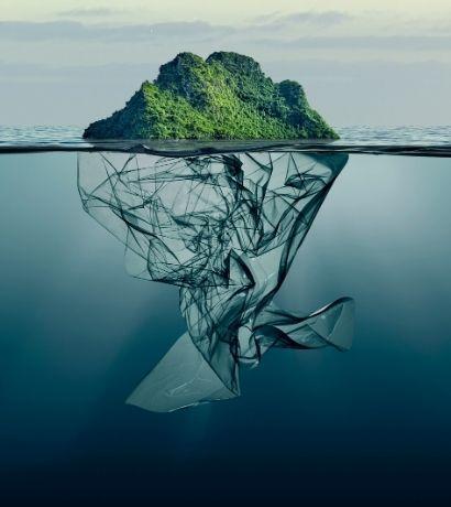 Isola con sacchetto di plastica come base nell'oceano