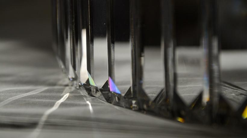 Dettaglio cristallo in un anello di un lampadario della collezione Fedi by Patrizia Volpato