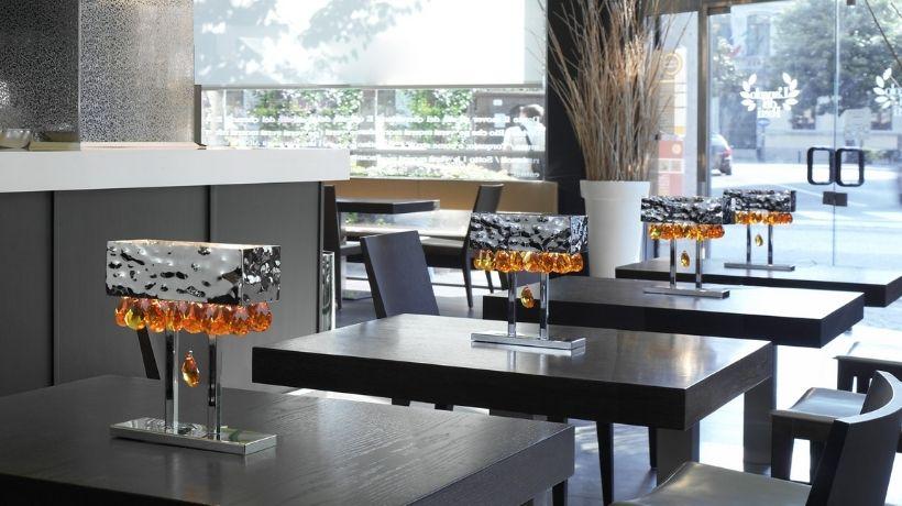 Lampade da tavolo all'interno di un locale