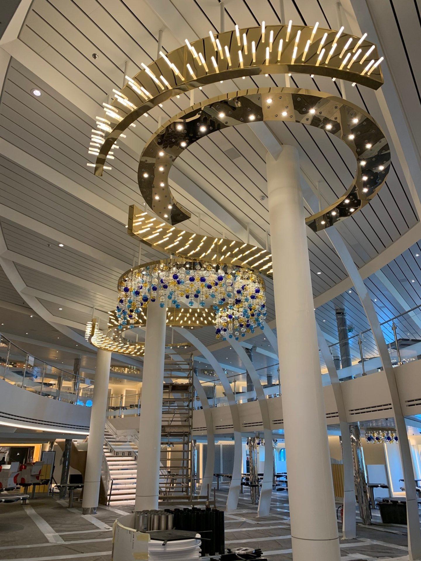 Lampadari nel main restaurant della Nave Rotterdam illuminata da Patrizia Volpato