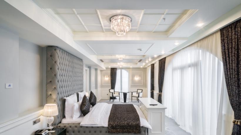 Suite Hotel Ambassadori illuminata dai lampadari Patrizia Volpato.jpg